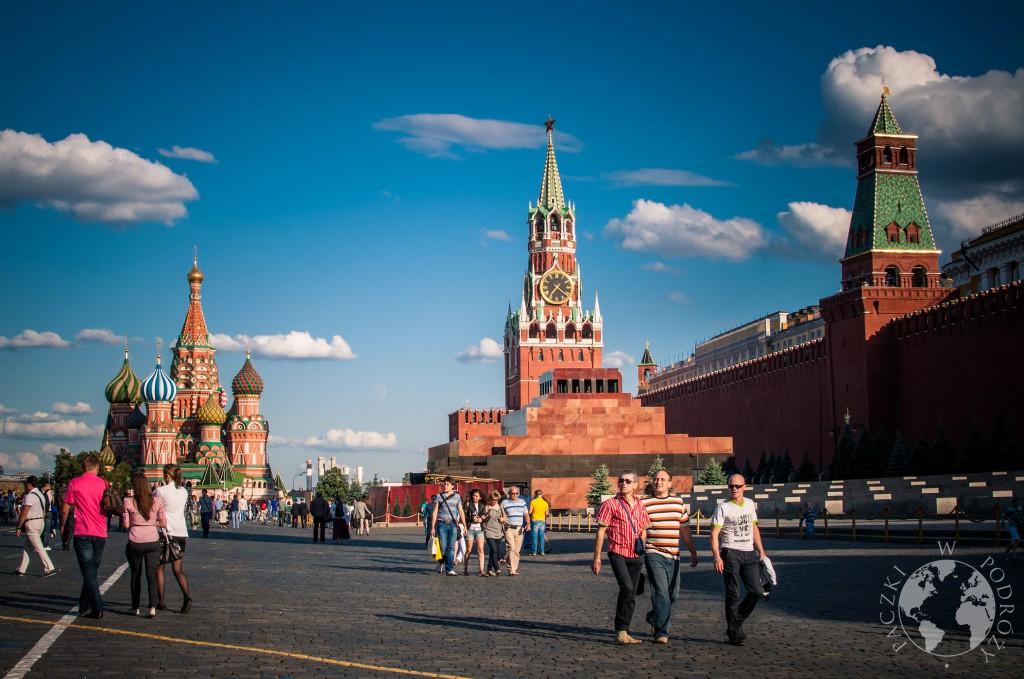 Ludzie na Placu Czerwonym w Moskwie. W tle sobór Wasyla Błogosławionego i Mauzoleum Lenina.