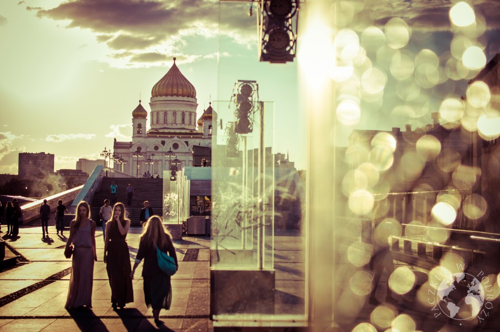 Kobiety przed cerkwią Chrystusa Zbawiciela w Moskwie, Rosja