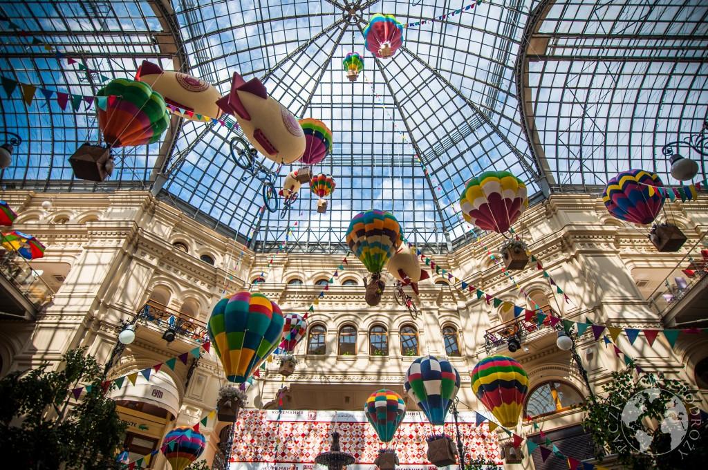Wnętrze centrum handlowego w Moskwie. Widok na szklany dach,  Rosja
