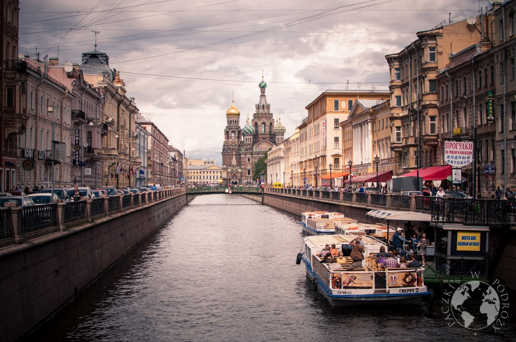 Widok na kanał w Sankt Petersburgu, w tle cerkiew Zbawiciela na Krwi, Rosja