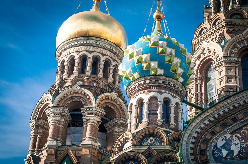 Widok kopuł cerkwi Zbawiciela na Krwi na tle błękitnego nieba, Sankt Peterburg, Rosja