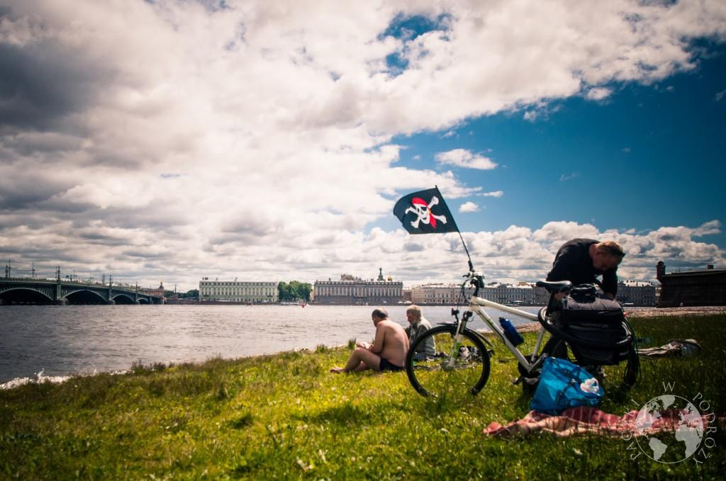 Piknik na brzegu rzeki Nevy, w tle ermitaż, Sankt Petersburg, Rosja