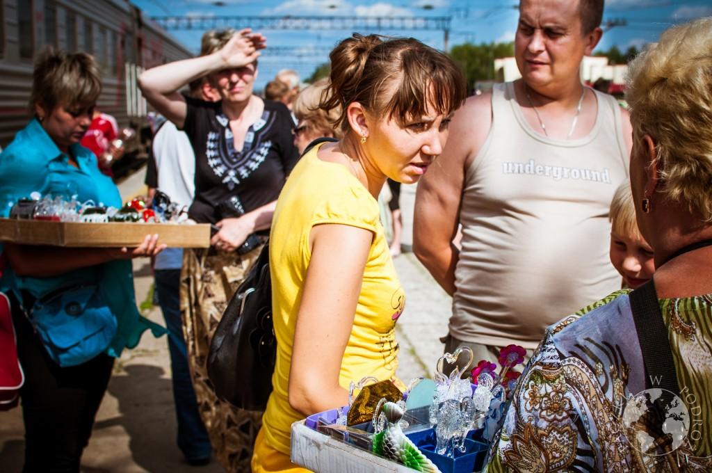 Kobiety sprzedające pamiątki na stacji kolei transsyberyjskiej, Rosja