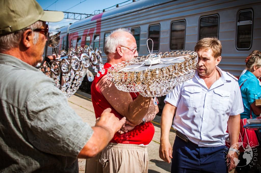 Mężczyźni sprzedający kryształowe żyrandole na stacji kolei transsyberyjskiej, Rosja