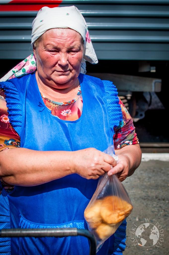 Pani sprzedająca jedzenie na stacji kolei transsyberyjskiej, Rosja