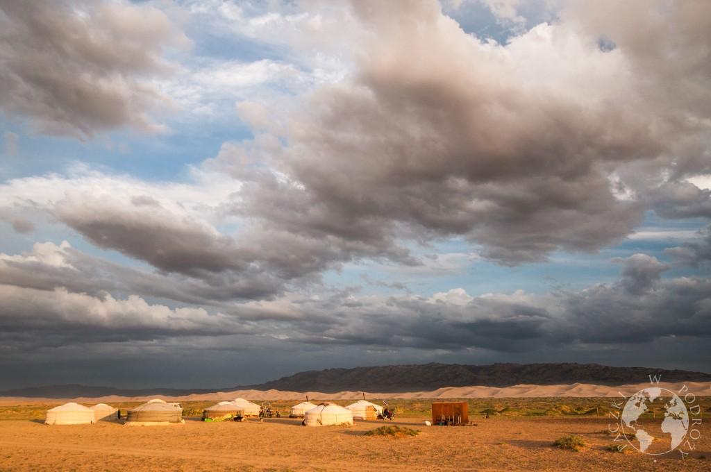 Jurtowisko, pustynia Gobi, Mongolia