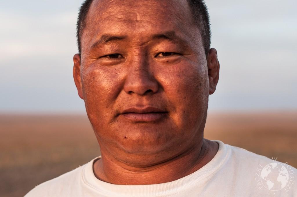 Kierowca UAZa podczas podróży po Mongolii.