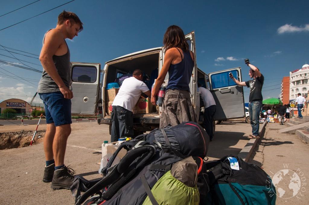 UAZ przed wyruszeniem na podróż po Mongolii.