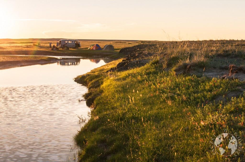 Rzeka płynąca przez step, Mongolia