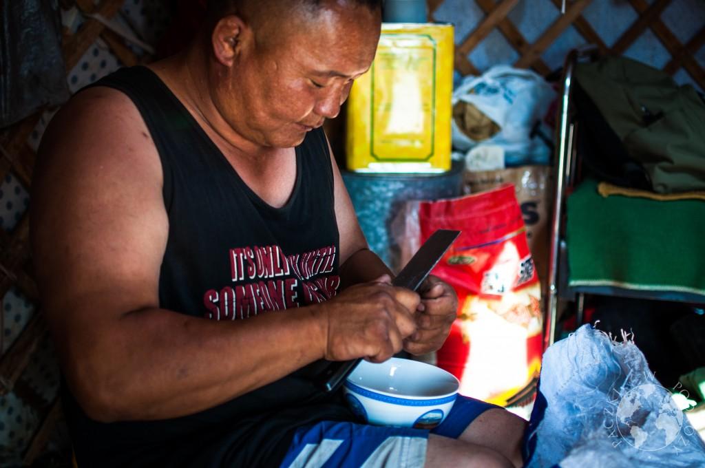 Obiad w jurcie na stepie w Mongolii