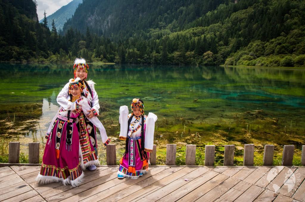 Tradycyjne stroje, mieszkańcy, Park Narodowy Jiuzhaigou, Chiny