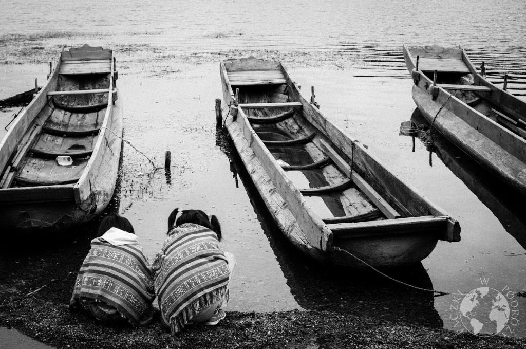 Łódki na brzegu jeziora Lugu Hu, Chiny