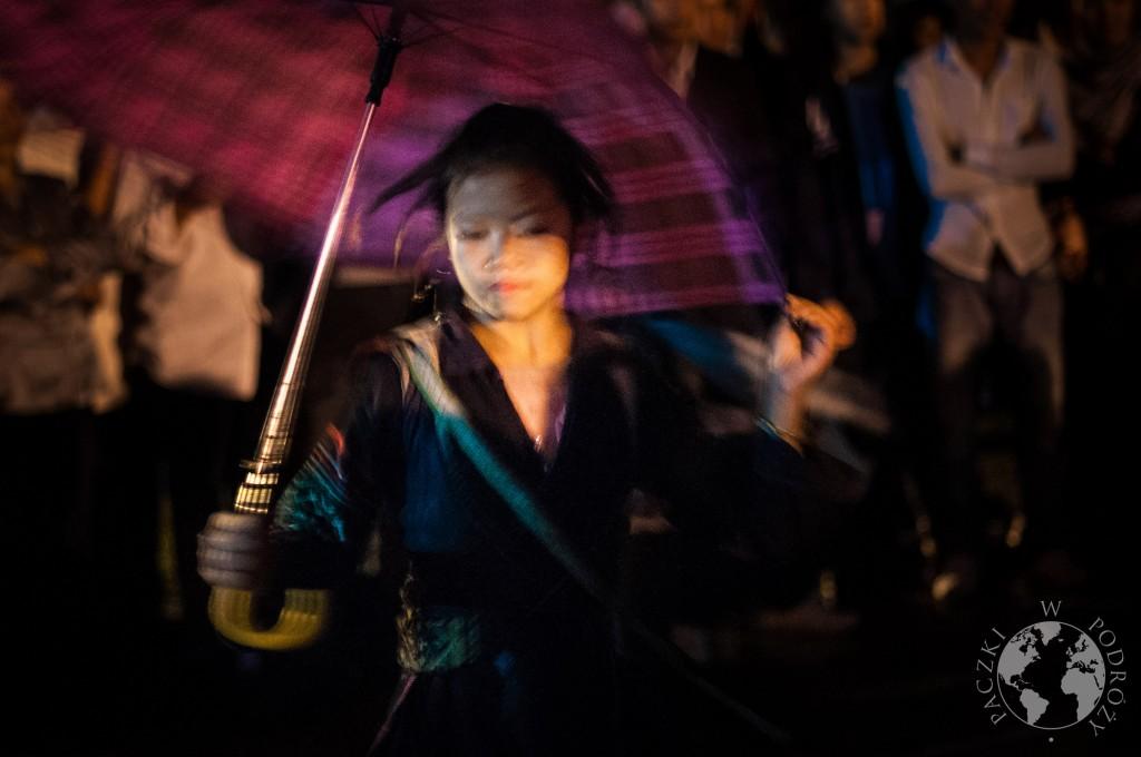 Młoda tancząca dziewczyna na targu miłości w Sapa, Wietnam