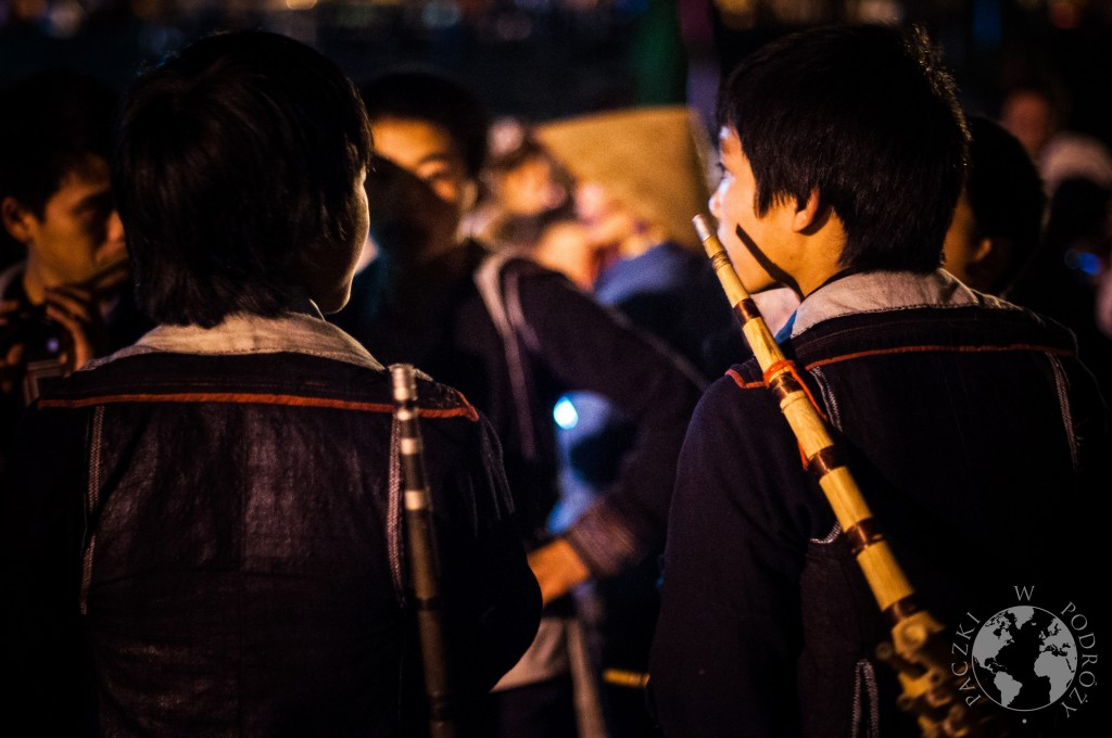 Młodzi mężczyźni grają tradyzyjną muzykę podczas tańców