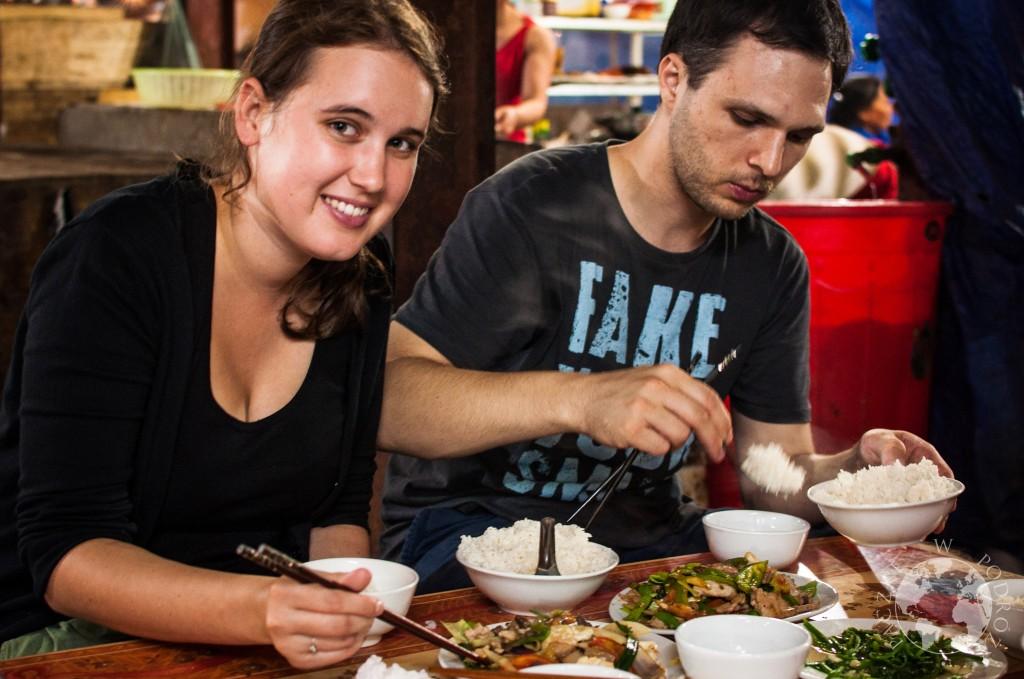Przepyszne dania kuchni wietnamskiej serwowane na lokalnym targu