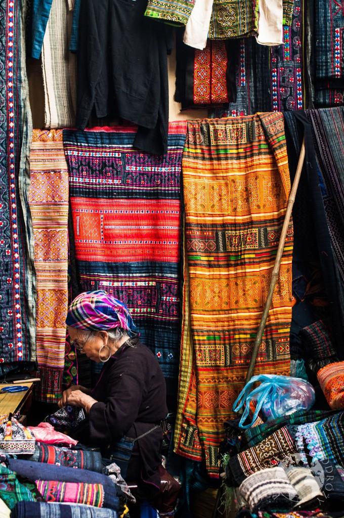 Tradycyjne wzory materiałów czarnych Hmongów zamieszkująych północ Wietnamu
