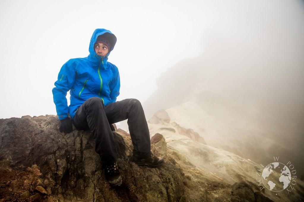 Zachmurzony szczyt wulkanu Merapi