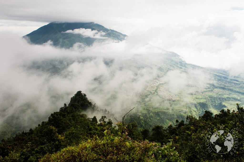 Szczyt wulkanu w chmurach