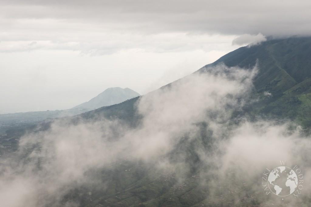 Wulkan Merapii w chmurach
