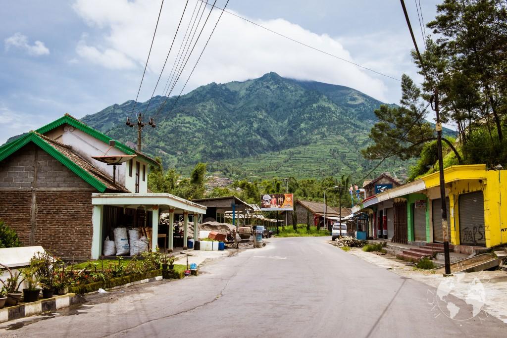 Widok na wulkan z pobliskiej wioski