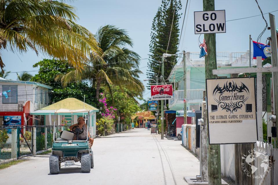 Znaki JEDŹ WOLNO ostrzegają emerytowanych kierowców meleksów...